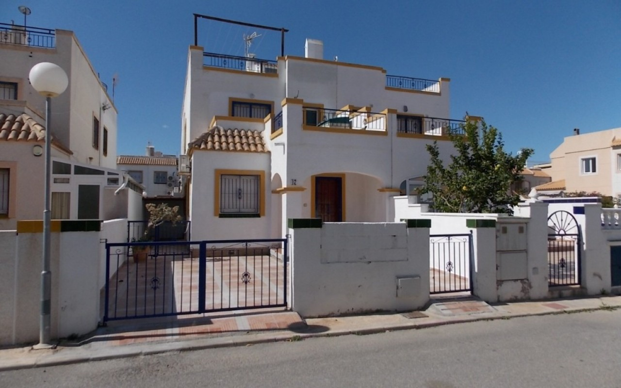 Смежный дом в Торревьехе в Урбанизации с бассейном за 106.000 евро