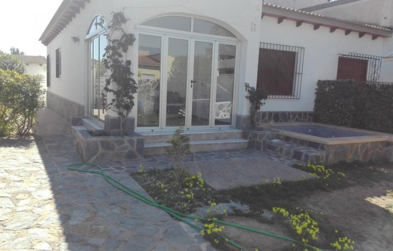 Chalet adosado en Punta Prima Torrevieja 240.000€